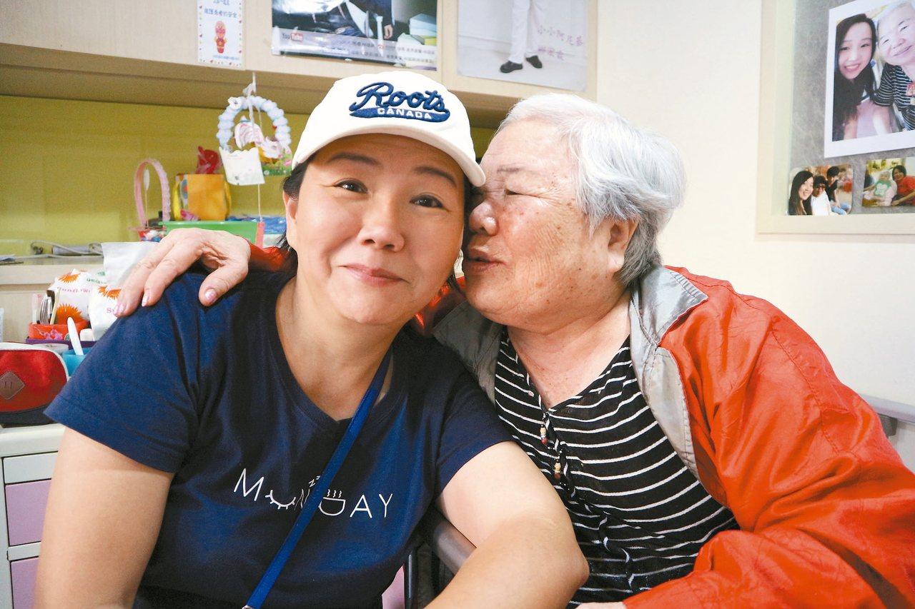 八十一歲張芫荽(右)說,她現在就只擔心女兒李翠屏(左),捨不得她為自己東奔西走。 記者陳雨鑫/攝影