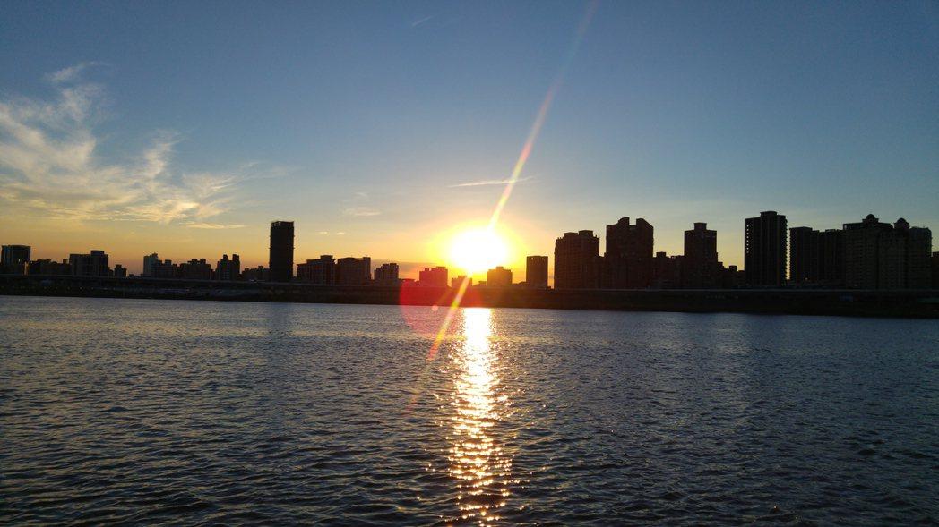 夏季傍晚河面灑滿金色落日餘輝,讓北市藍色水路成了熱門遊憩選項。 記者翁浩然/攝影
