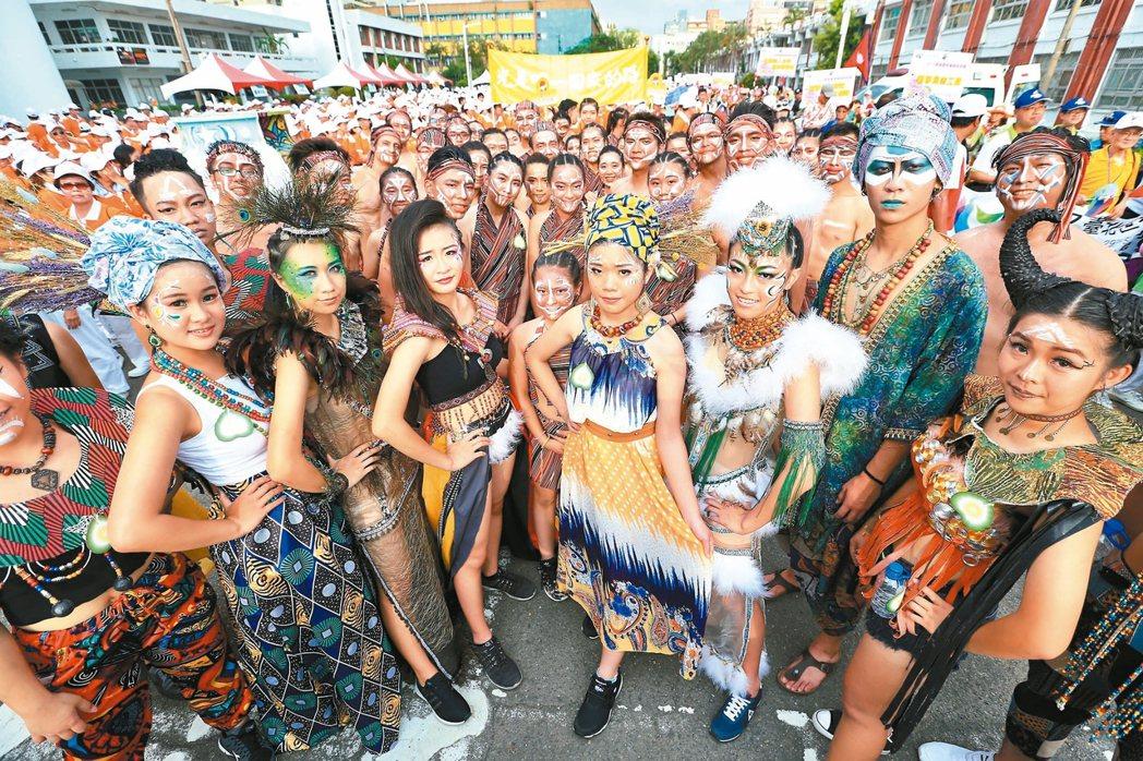世大運妝遊踩街嘉年華活動,踩街隊伍各式各樣的造型。 記者林伯東/攝影