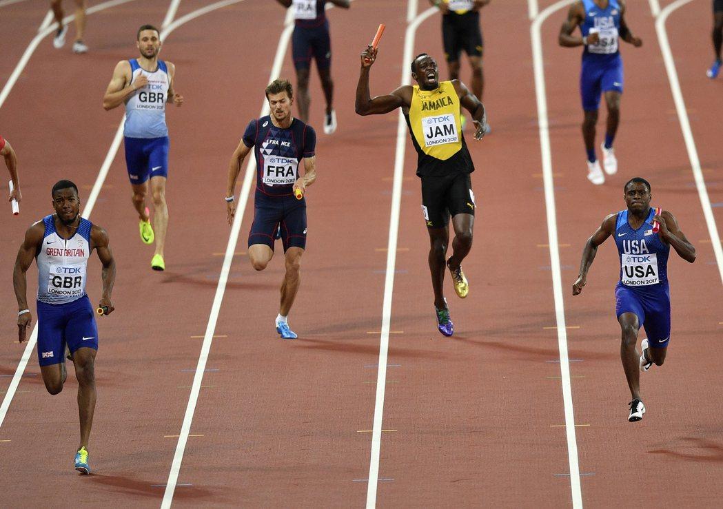 柏特(右二)在400公尺接力傷退未能完賽。 美聯社