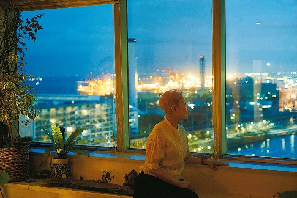 從客廳遠眺窗景另一端的東京灣。 圖/《一個人的生活:雖然有點寂寞,卻獨享自在》
