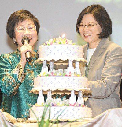 2011年2月兩人還隔空交火,但到了5月,蔡英文卻為呂秀蓮(左)提前慶生。 本報...