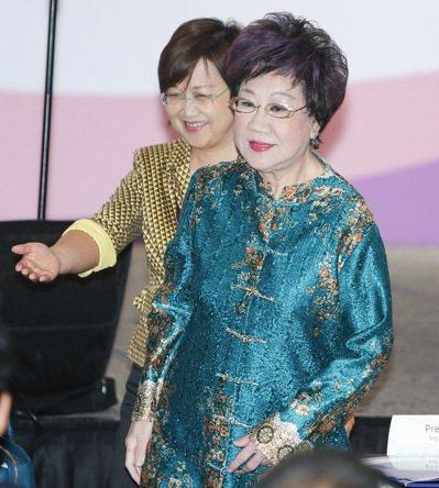呂秀蓮日前出席「女權高峰會」,難得被蔡英文稱許是民主重要推手,她回應媒體時說,「...