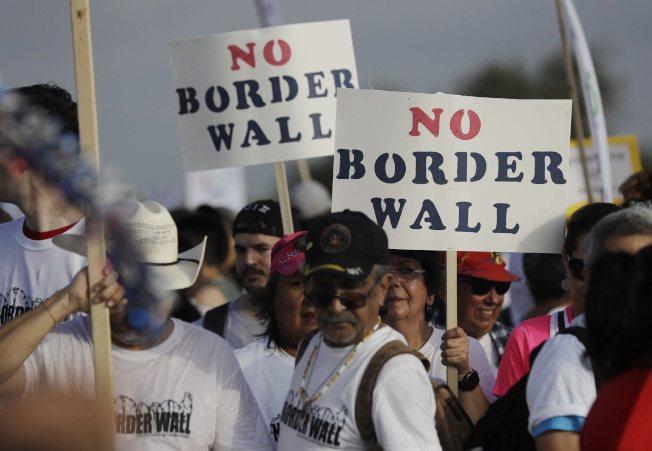 德州12日首度出現抗議興建邊界圍牆的大規模示威。美聯社