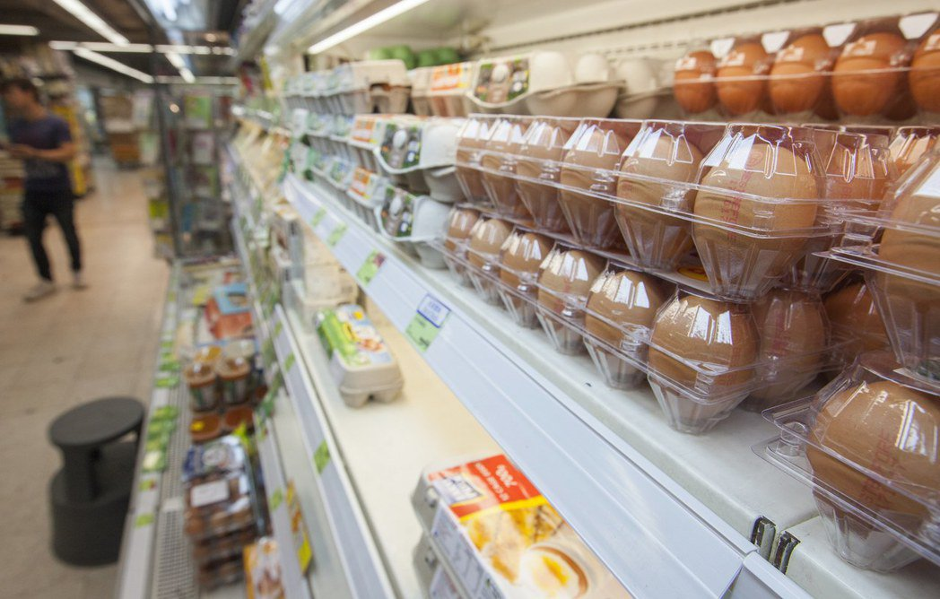 歐洲毒蛋波集香港,泰國與內地的雞蛋進貨價近日應聲上漲,圖為香港超市架上的雞蛋。歐...