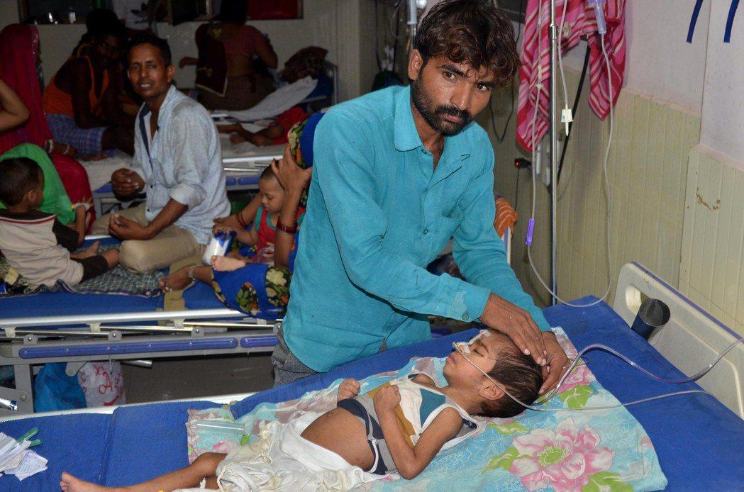 大批家屬自行到醫院照顧留醫病童。歐新社