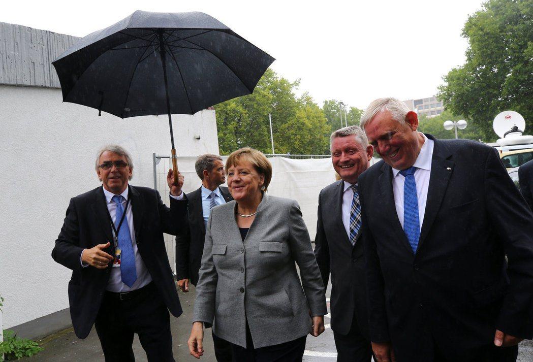 德國總理梅克爾(左二)12日在多特蒙德市開始競選活動,現場有極右派「德國另類選擇...