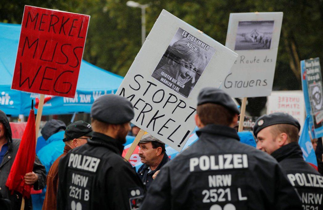 德國總理梅克爾12日在多特蒙德市開始競選活動,現場有極右派「德國另類選擇黨」成員...
