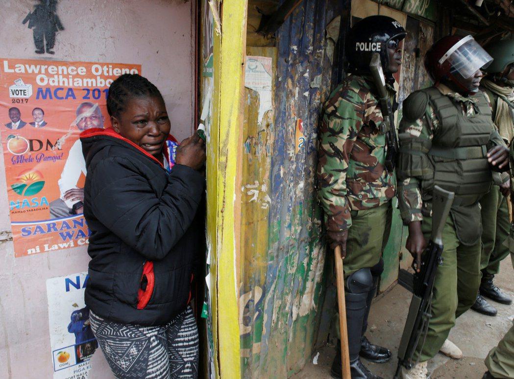 肯亞反對派候選人歐丁嘉指控選舉舞弊,其支持者也於選後走上街頭抗議。圖為一名首都奈...