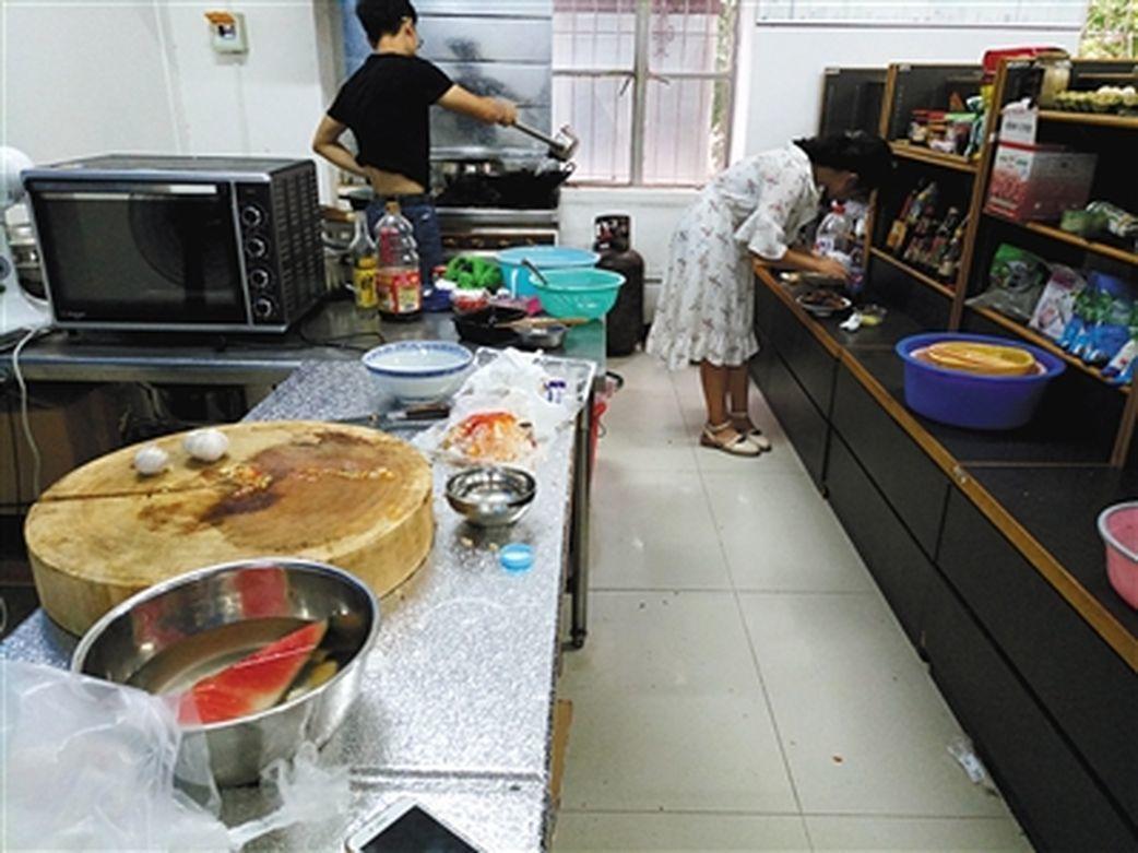 學生在共享廚房做飯。(取材自新京報)