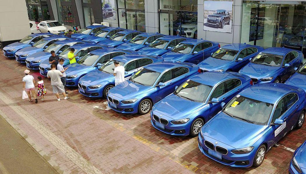 瀋陽出現1500輛藍色寶馬1系汽車,將作為共享汽車投入營運。(取材自鳳凰網/東方...