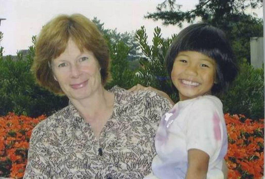 春美與美國養母。(取材自微博)