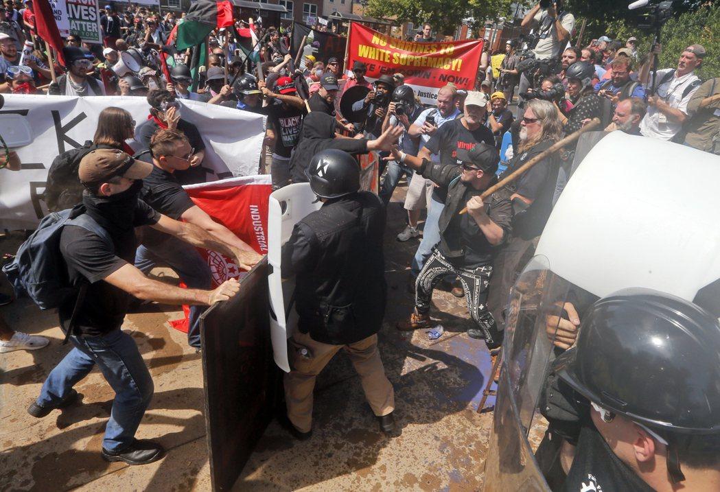 白人至上主義者與反示威者在街上爆發衝突。美聯社