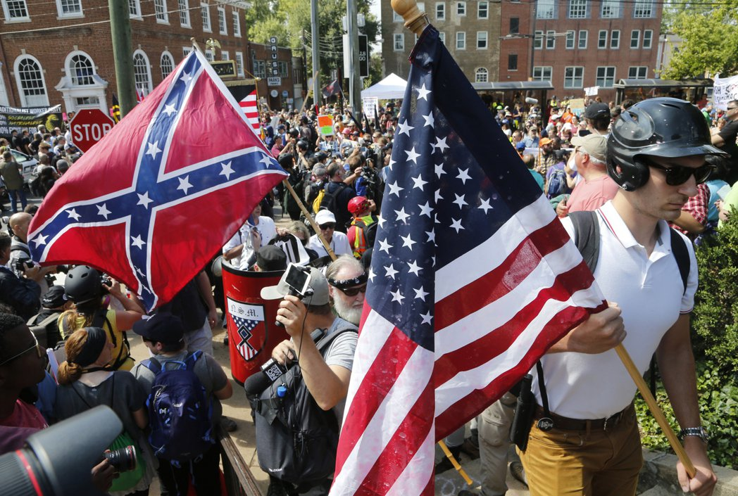 白人至上主義者在夏洛茲街頭遊行。美聯社