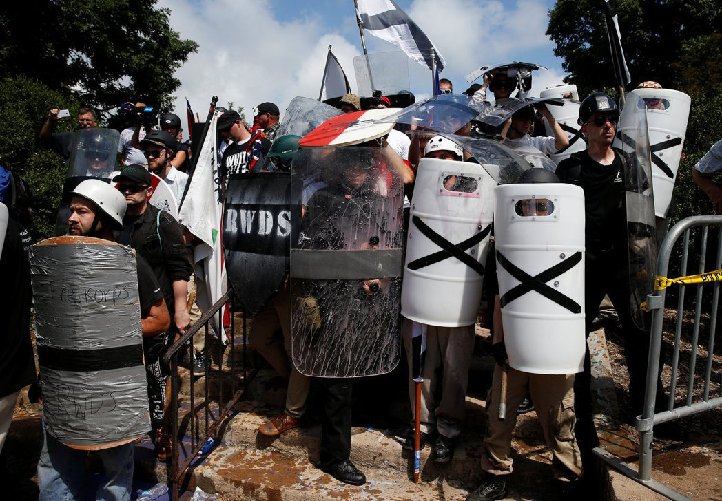 白人至上主義者帶著盾牌參加集會。路透