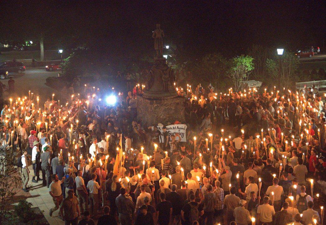 在發生衝突的前一晚,白人至上右翼分子點著火把在維大的湯瑪斯傑佛遜像前集會。路透