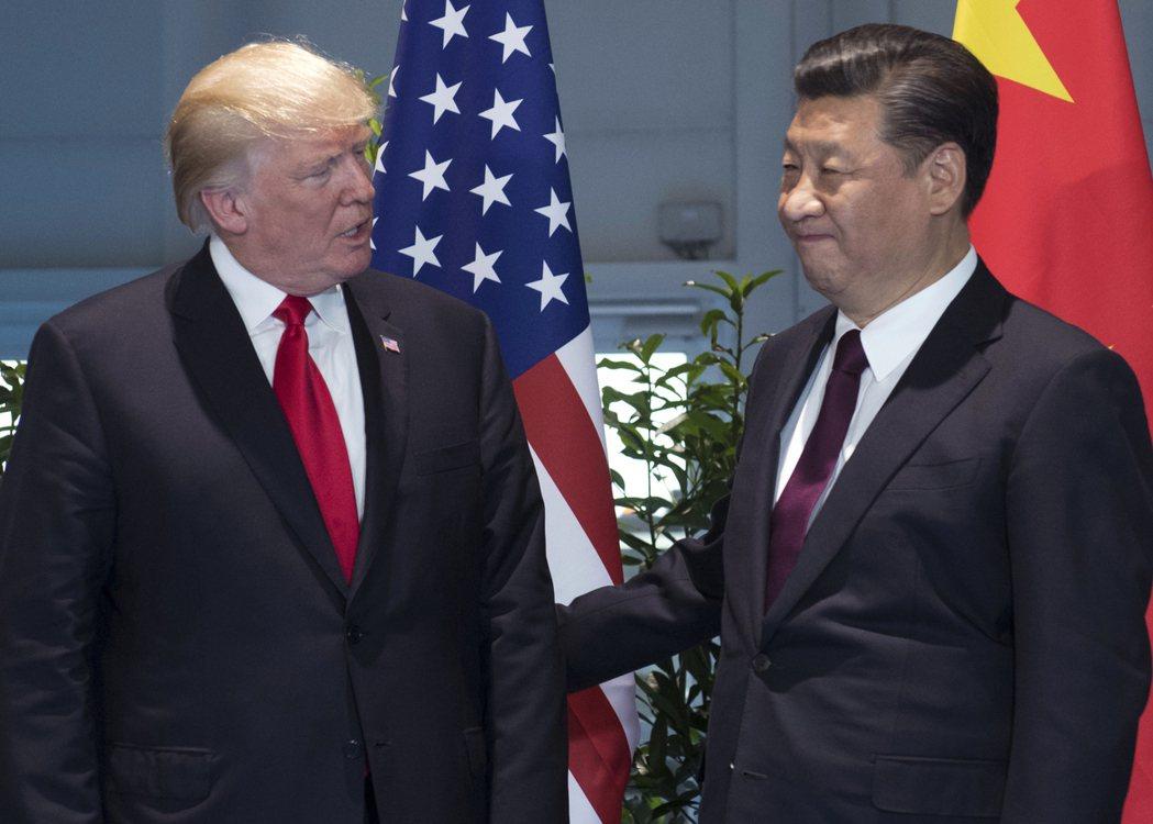 川普總統(左)威脅要對中國祭出301條款,兩國貿易戰一觸即發。圖為川普與中國國家...