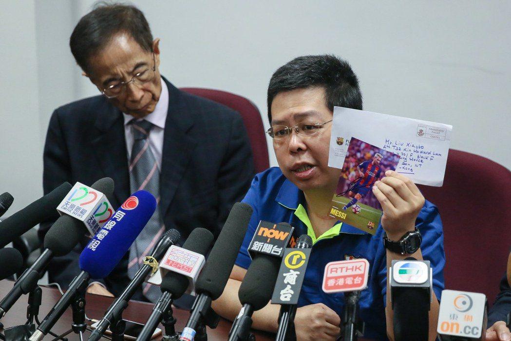 面對外界質疑他遭擄是自編自導自演,林子健(右)表示,自己無意作英雄,開記者會是希...