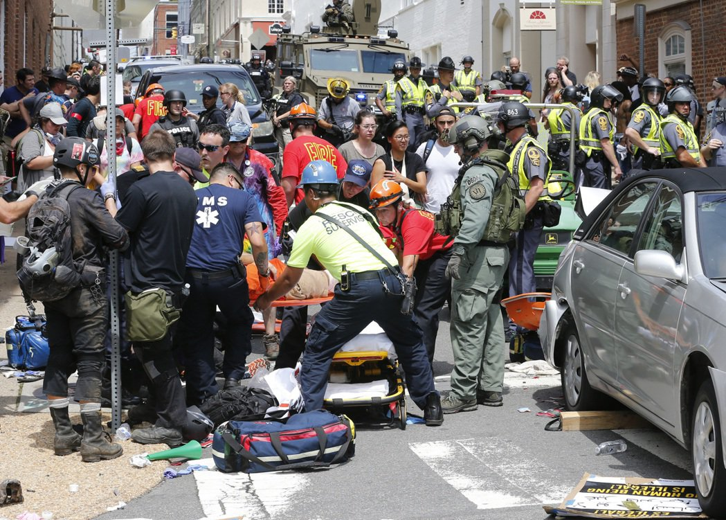 汽車衝入人群造成大量死傷後,援救人員在現場展開急救。美聯社