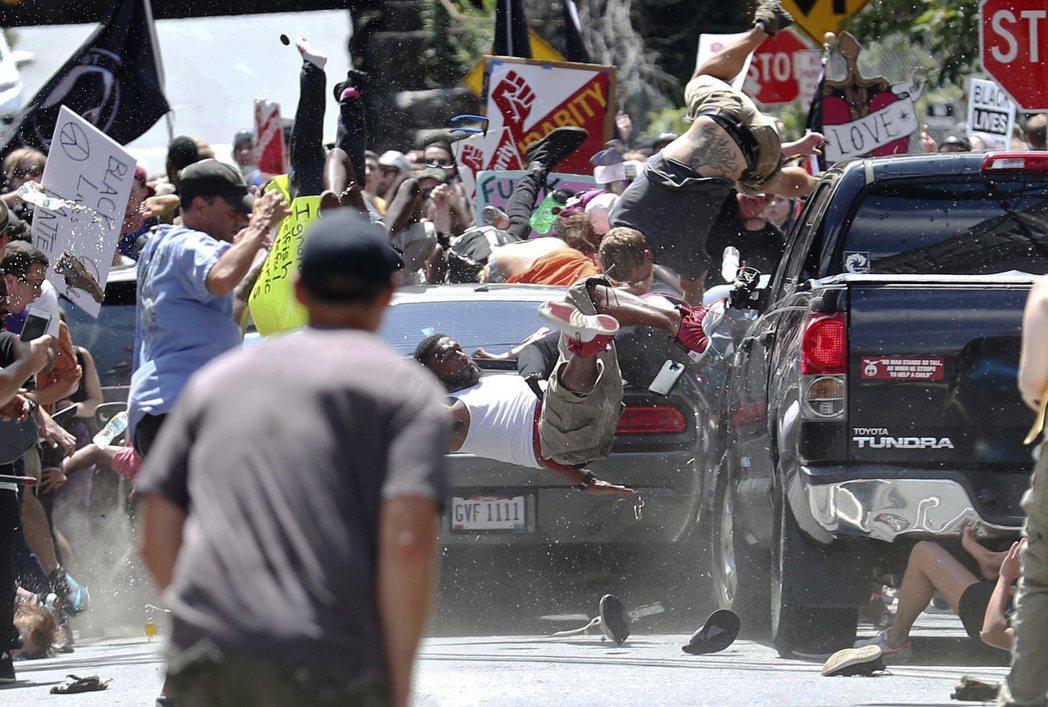 汽車衝入人群,把人撞得飛起來。美聯社