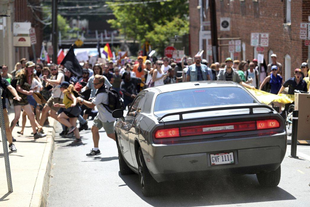 一輛汽車衝向反示威者,群眾四散奔逃。美聯社