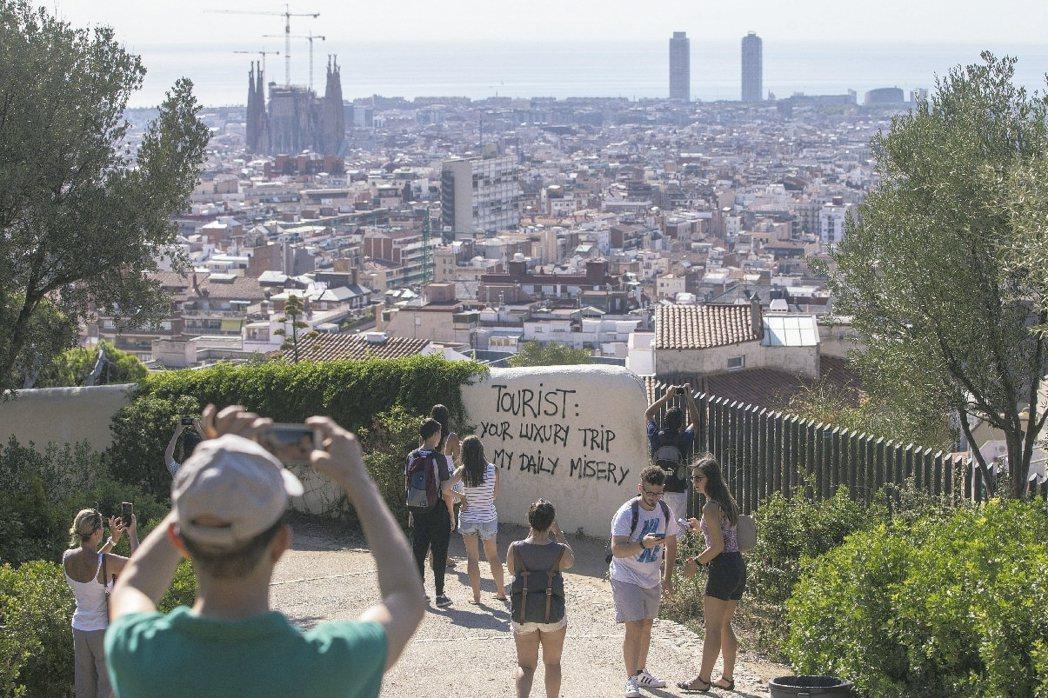 巴賽隆納居民不滿觀光客湧入降低生活品質,在市區牆面噴漆寫上「觀光客:你的奢華旅遊...