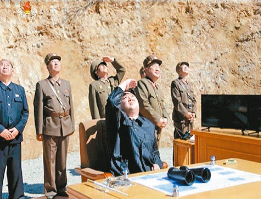 飛彈專家對北韓洲際飛彈攻擊美國的精準度存疑。圖為北韓領袖金正恩7月4日抬頭觀看飛...