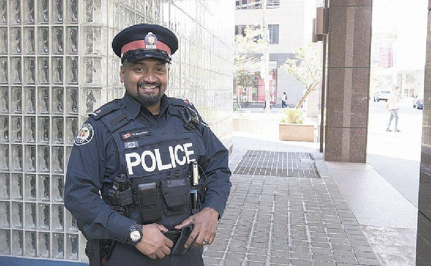 加拿大警官傑安尼森買衣給18歲偷衣竊賊面試,助其找到工作。 多倫多警察局官網