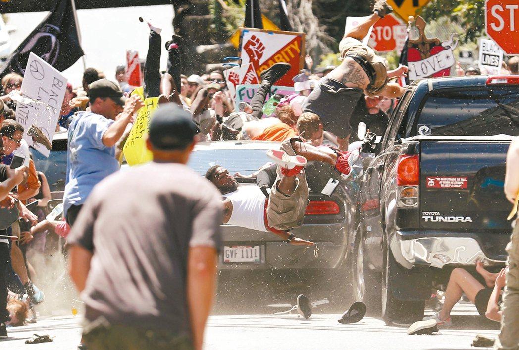 美國極右派運動12日在維吉尼亞州夏洛茲維爾市舉行白人至上大會,爆發強烈抗議和衝突...