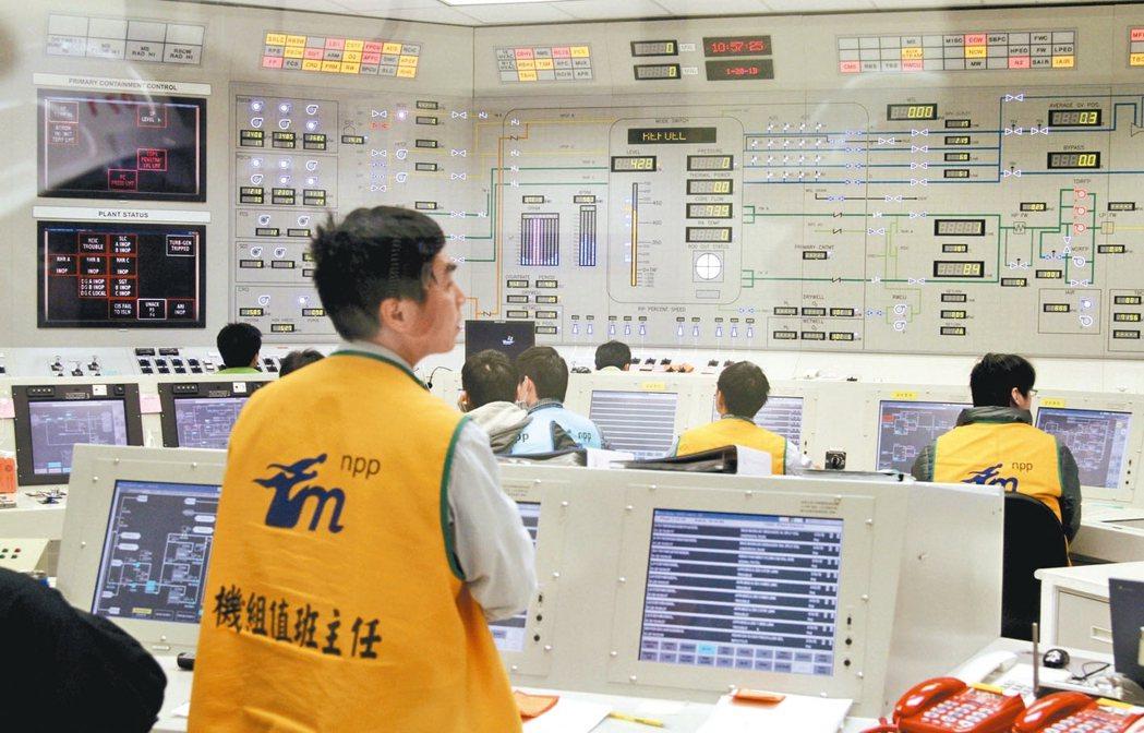 上周出現今年第一個「限電警戒」紅燈,封存中的核四廠,悄悄啟動緊急柴油發電機。圖為...