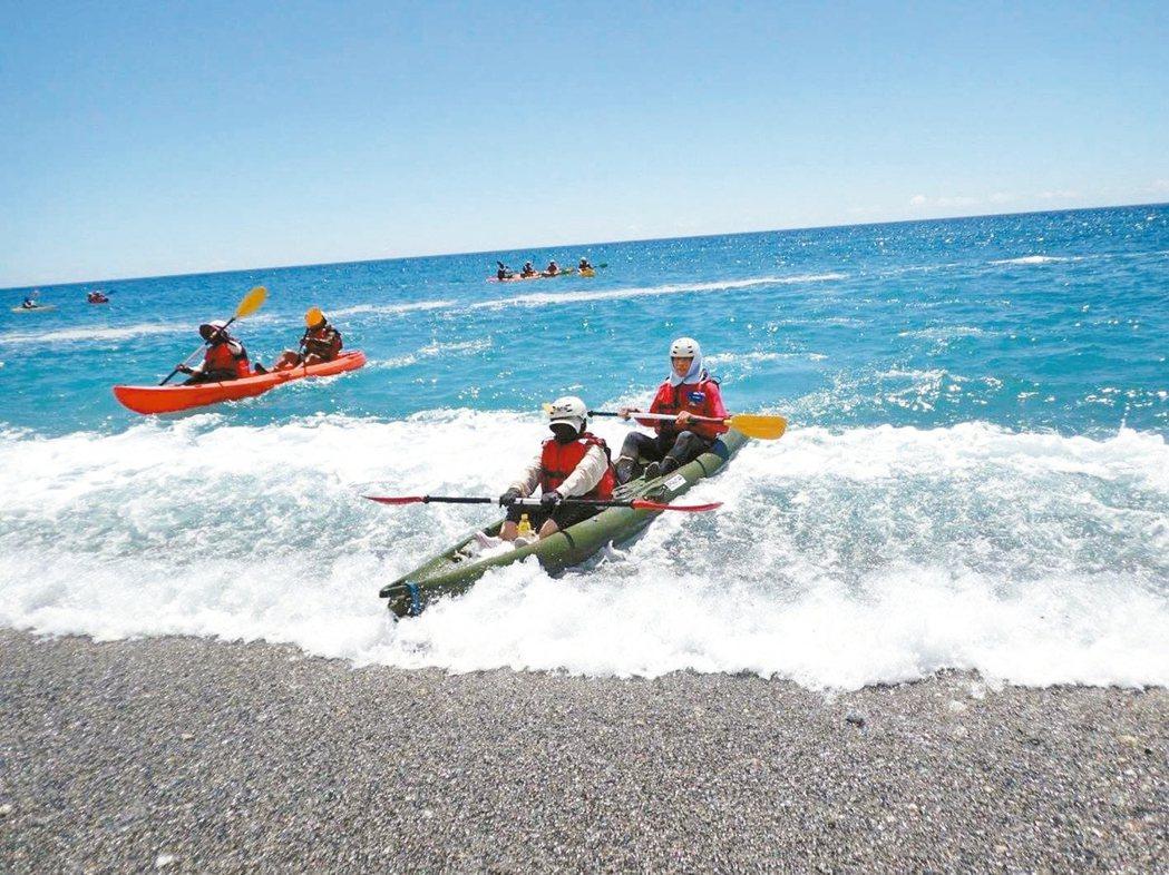 許多愛好戶外運動的人參加海上划獨木舟活動,通常到上岸、下水是危險階段。 圖/獨木...