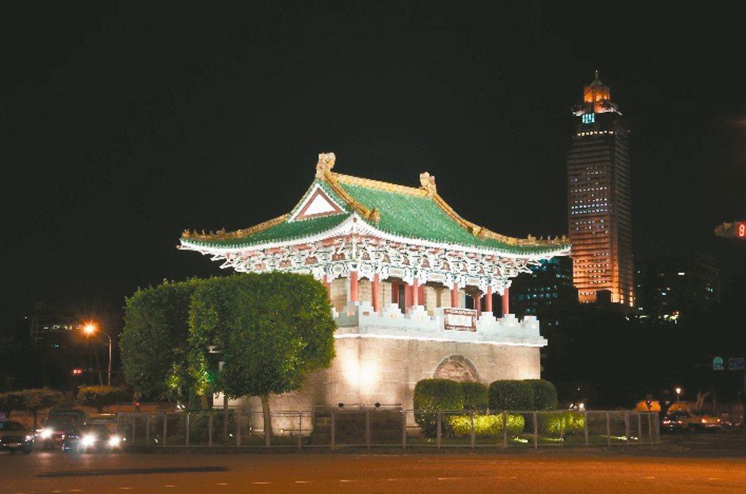 西區門戶  迎世大運景福門(東門)夜間燈光。 圖/台北市公園處提供