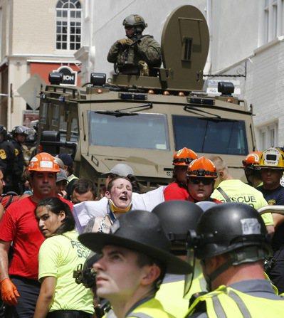 維吉尼亞州爆發白人民族主義抗議者和反制抗議者間的暴力衝突,一部車輛高速衝撞人群,...