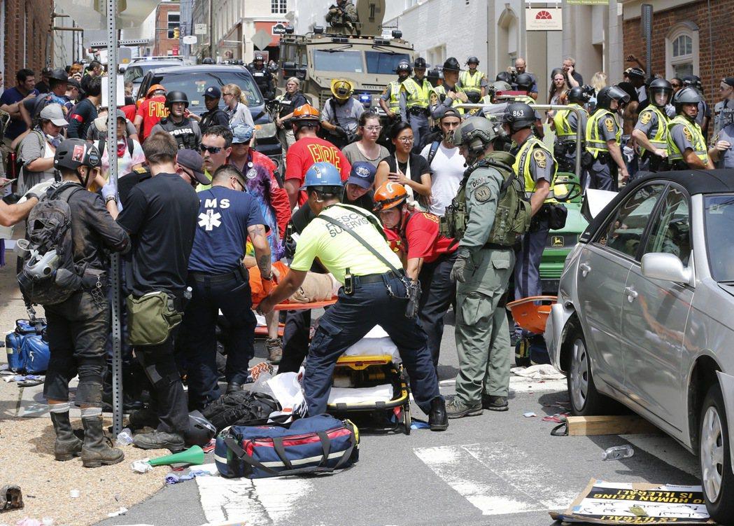 維吉尼亞州12日爆發白人民族主義抗議者和反制抗議者間的暴力衝突,包括一部轎車高速...