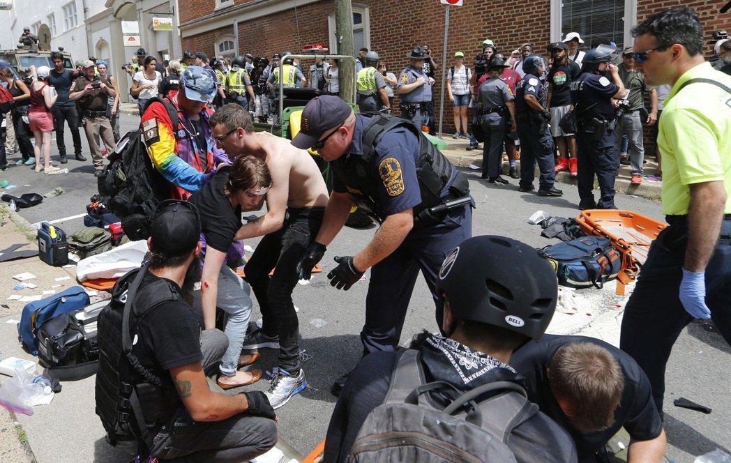 維吉尼亞州夏洛茲維爾市「白人至上」示威12日發生汽車衝撞人群事件,這起流血衝突至...