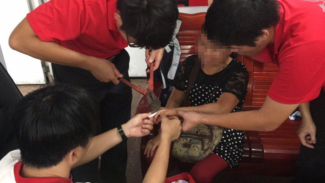 嘉義市一名黃姓婦人(右2)雙手無名指各戴一只戒指,30多年來毫無異狀,最近卻疼痛...