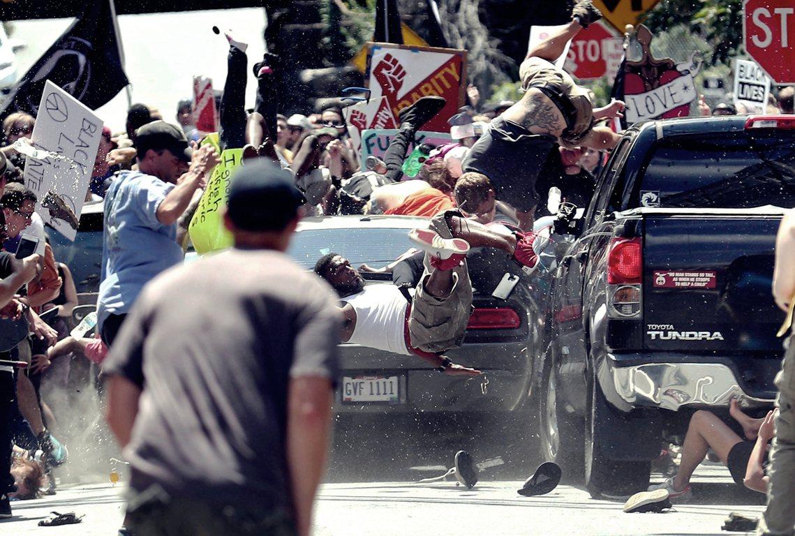 衝撞的瞬間,美國仇恨的瞬間。 圖/美聯社
