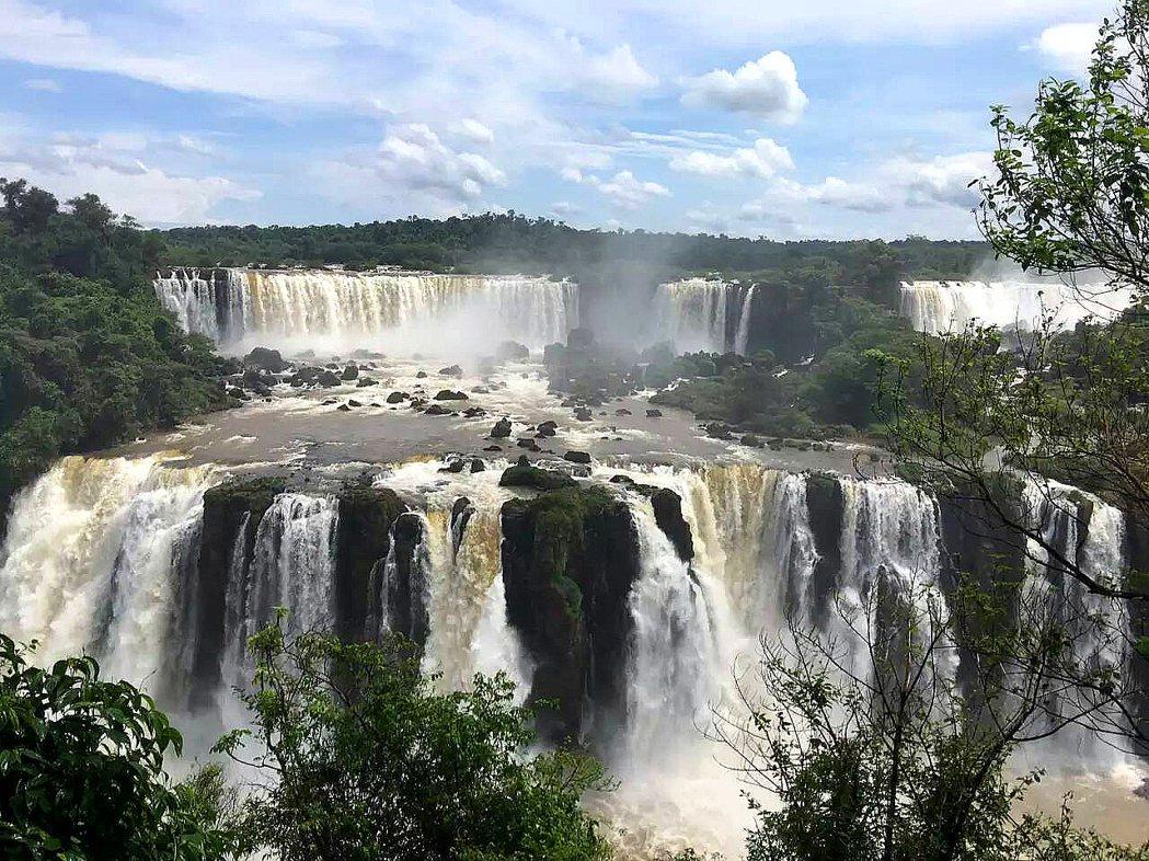 伊瓜蘇瀑布的水勢浩大,好似全世界的水都匯集於此。氣勢磅礡,令人驚豔。圖/發現者旅...