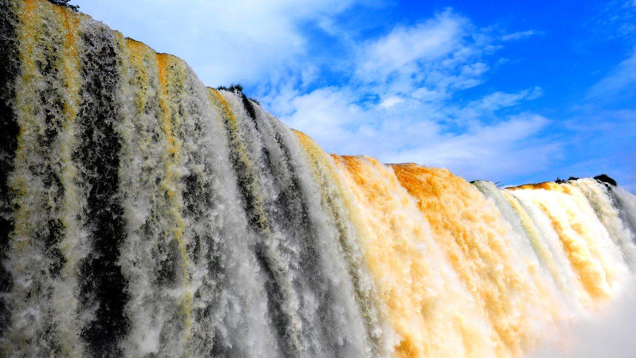 湛藍天空下的瀑布變換著色彩。圖/發現者旅行社提供