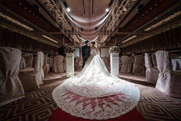 香格里拉台南遠東國際大飯店遠東宴會廳寬敞廳堂,完備高階的設施,讓新人們擁有一場完...