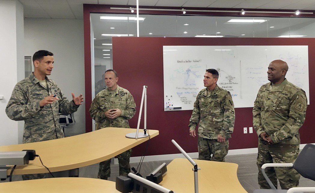 DIUx麻州劍橋辦公室的麥金利上校(左)和迪高斯塔上校(右)8日為參訪的陸軍後備...