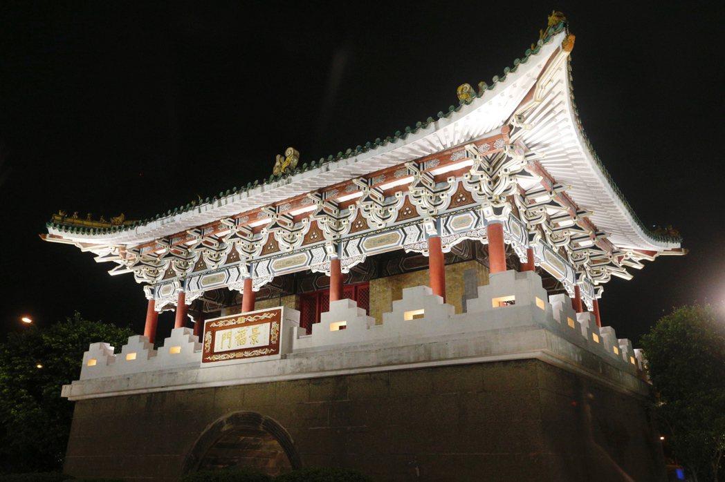 點燈後的東門(景福門)。 記者程宜華/攝影