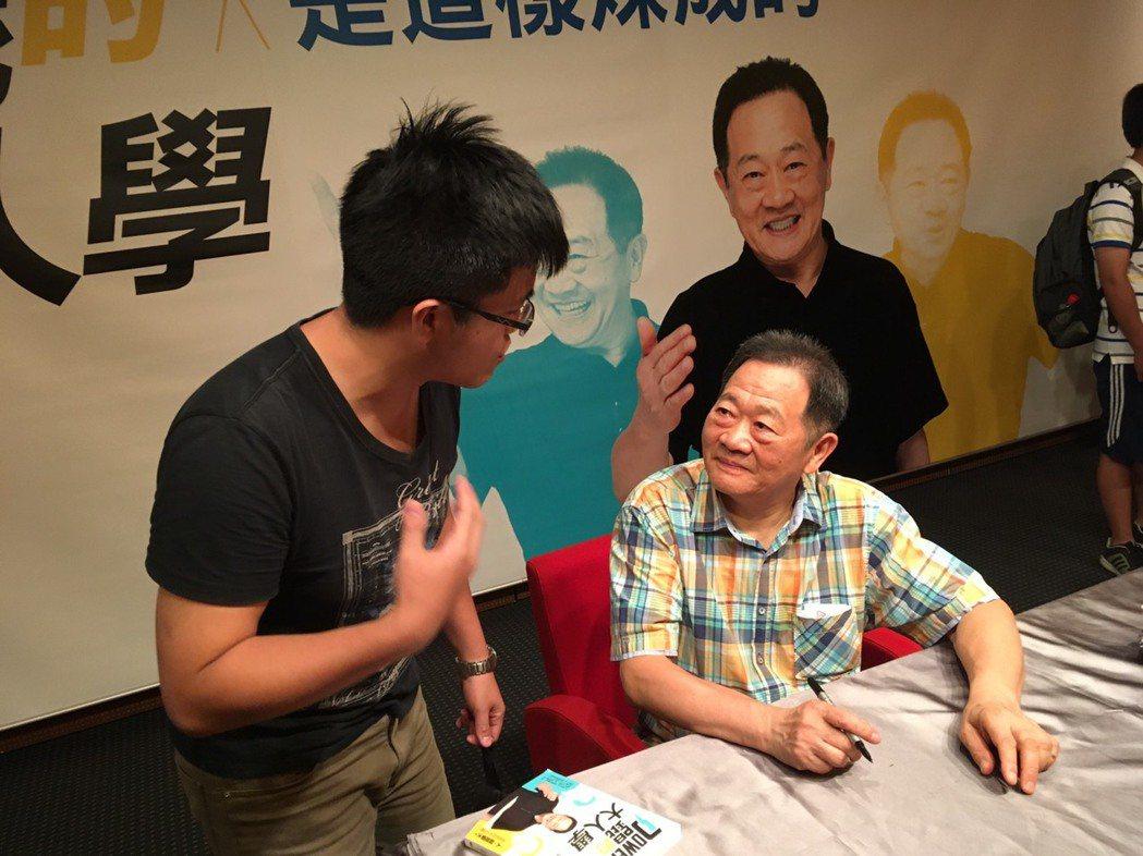 台大教授李錫錕(右)十分敢言,受到年輕族群喜愛。 圖/圓神出版社提供