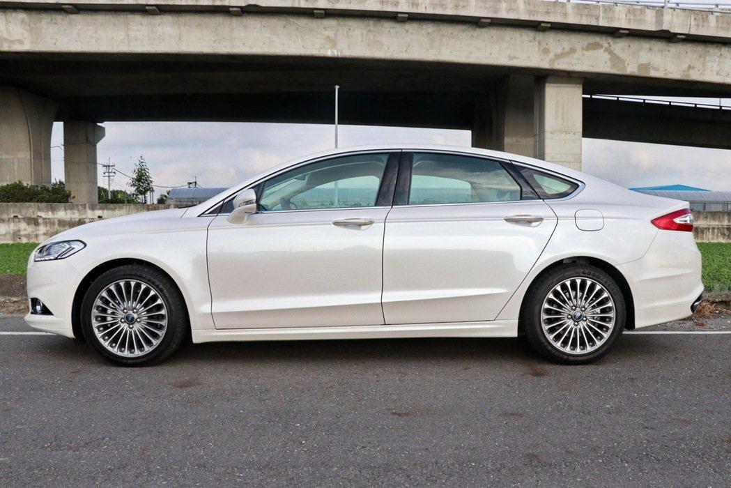 Ford Mondeo擁有轎跑般的流線外型。 記者陳威任/攝影