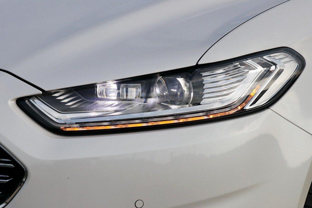 Ford Dynamic LED智慧頭燈,整合了AFS頭燈主動式轉向照明輔助系統、AHB自動遠光燈、光感應自動啟閉頭燈、LED日行燈及LED序列式方向指示燈多重智慧功能。 記者陳威任/攝影