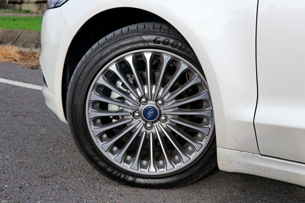 全新Ford Mondeo升級18吋輪圈。 記者陳威任/攝影