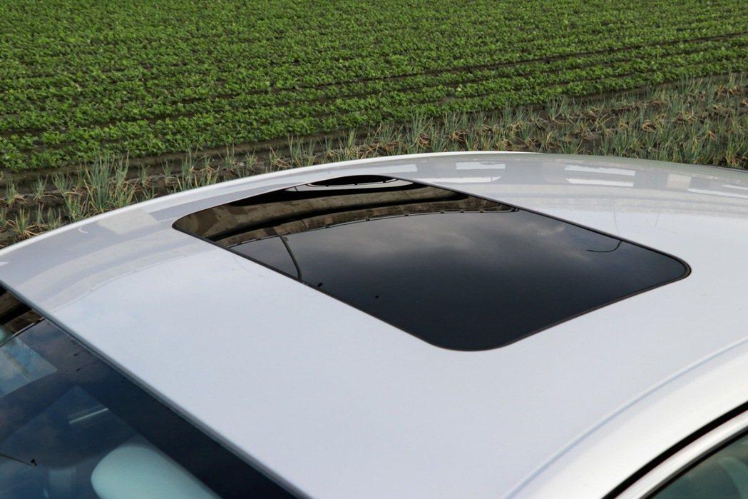 全車系標配電動天窗,更使車室空間質感再提升。 記者陳威任/攝影