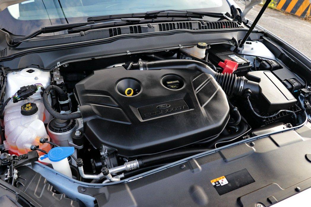 全新Ford Mondeo所搭載的EcoBoost 240渦輪增壓汽油引擎,以2.0L的排氣量產出媲美傳統3.0L自然進氣引擎的240ps最大馬力及35.2kgm峰值扭力。 記者陳威任/攝影