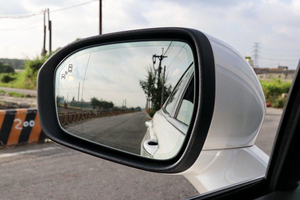 安全配備包括視覺盲點偵測系統 (BLIS)。 記者陳威任/攝影