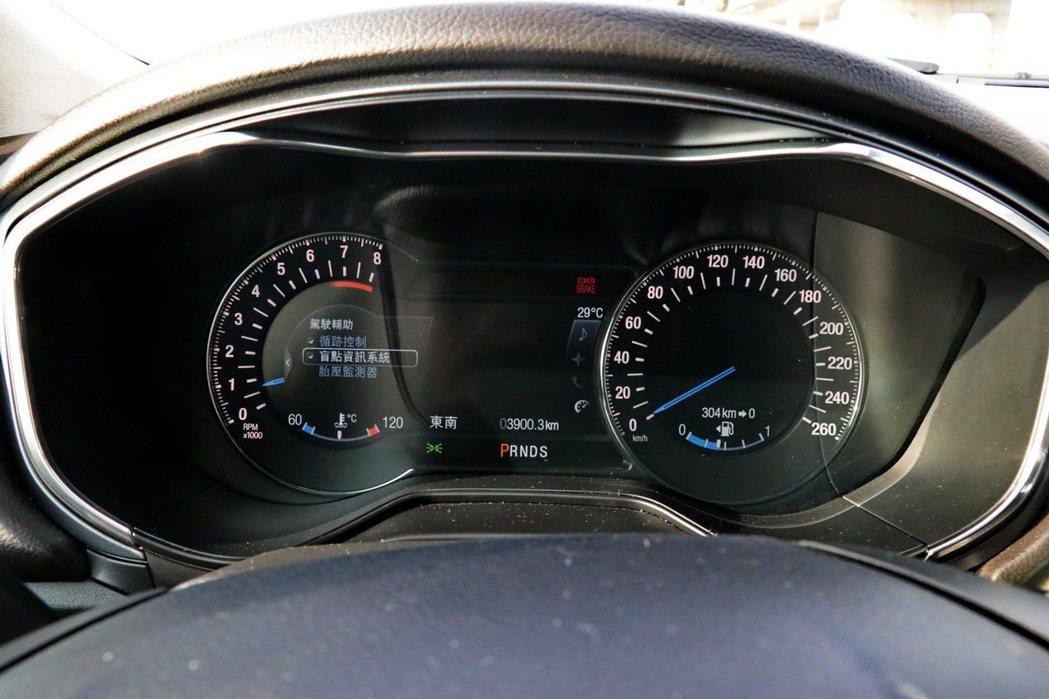 一般車型搭載10.1吋全彩液晶儀表板。 記者陳威任/攝影